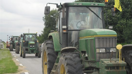 Une colonne de tracteurs témoins