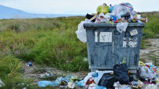 déchets décharge champ